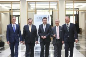 Kompetenz in Sachen Versicherungswissenschaften: Die Professoren Manfred Wandt, Karel van Hulle, Helmut Gründl, Wolfram Wrabetz und Hartmut Nickel-Waninger (von links); Foto: Dettmar