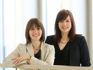 Carmen Heckmann, links, und Kathrin Kuchta aus der Pädagogischen Psychologie informieren gerne zum Thema Service Learning; Foto: Dettmar