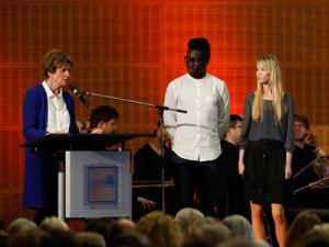 Ehrensenatorin Renate von Metzler stellt die Studierenden Zuzana Slavkovská (Slowakei) und Eric Otieno (Kenia) vor; Fotos: Dettmar
