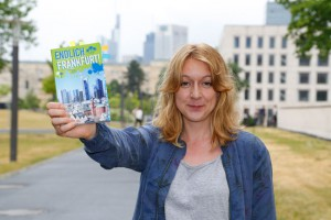 UniReport-Mitarbeiterin und Frankfurt-Expertin Tamara Marszalkowski hat den Stadtführer praxisnah getestet; Foto: Uwe Dettmar