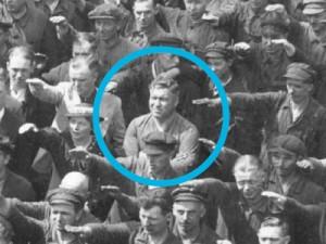 """Als am 13. Juni 1936 das Segelschulschiff """"Horst Wessel"""" an der Hamburger Werft Blohm & Voss zu Wasser gelassen wird, ist Adolf Hitler anwesend. Der Arbeiter August Landmesser verweigert den Hitlergruß; Foto: Scherl/Süddeutsche Zeitung Photo (Ausschnitt)"""