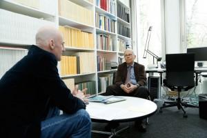 Prof. Dr. Spiros Simitis im Gespräch mit Bernd Frye, Pressereferent am Pressereferent am Exzellenzcluster »Die Herausbildung normativer Ordnungen«