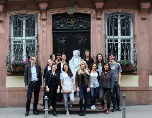"Dr. Konrad Heumann (l.) und das Seminar zu ""Unboxing Goethe""."