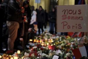 Weltweite Trauer um die Opfer der Anschläge von Paris. Auch viele Muslime brachten ihre Anteilnahme zum Ausdruck; Foto: ullstein bild – snapshot-photography/K.M.Krause