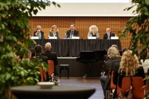 Von links nach rechts: Helmut Vogt, Eva-Bettina Trittmann (Richterin), Prof. Joachim Zekoll, apl. Prof. Jeannette Schmid (Psychologin) und Dr. Robin Fritz (Rechtsanwalt); Foto: Lecher