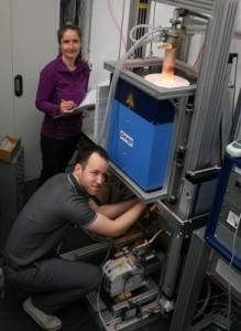 Die Doktoranden Kristin Kliemt und Sebastian Witt an dem neuen Hochtemperatur-Ofen, in dem die YbRh2Si2 Kristalle bei 1500°C gezüchtet werden. Foto: AG Krellner