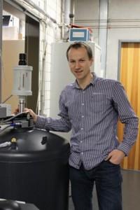 Prof. Cornelius Krellner an einem Kryostat, in dem die Proben bei tiefen Temperaturen bis 2 K (-271°C) vorcharakterisiert werden. Foto: AG Krellner