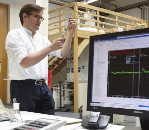 An der NMR-Anlage: Für seine Habilitation entwickelt Fürtig NMR-Experimente. Foto: Lecher