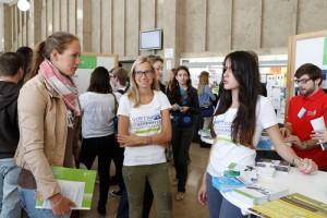 Studierende im Gespräch mit Studieninteressierten beim GoWiWi-Infotag. Foto: Uwe Dettmar