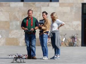 """Kein Spielzeug: Das Team des hr steuert hochkonzentriert das """"fliegende Auge""""; Foto: Dettmar"""