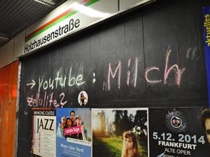 Eine von zahlreichen Kreideinschriften an Frankfurter U-Bahn-Haltestellen; verwiesen wird hier auf ein Milch-kritisches YouTube-Video; Foto: D. Frank