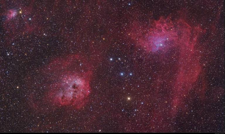 Abb. 1: Beeindruckende Sternentstehungsregionen aus Rot leuchtendem Wasserstoffgas im Sternbild Fuhrmann am Nordhimmel. Foto: Mario Weigand