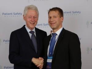Prof. Kai Zacharowski (re.) mit dem ehemaligen US-Präsidenten Bill Clinton im Rahmen der Humanitarian-Award-Verleihung. (c) Uniklinik Frankfurt