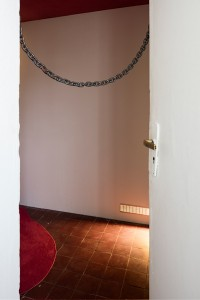 George Rippon und Anina Troesch, t ŋ, 2015, Teppich, Gitter, Kette, Maße variabel, Installationsansicht. (Ausschnitt); Foto: Timo Ohler