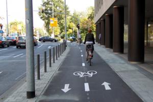 Frankfurt: Radweg, der in zwei Richtungen zu befahren ist (Konrad-Adenauer-Straße); Foto: Torsten Willner, ADFC.