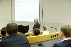 """""""Was darf echte Innovation kosten?"""" – Prof. Stefan Zeuzem bei seinem Vortrag; Foto: Dettmar"""