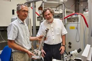 Prof. Dr. Thomas Prisner (r.) und Dr. Vasyl Denysenkov mit dem von ihnen entwickelten Gerät; Foto: Lecher
