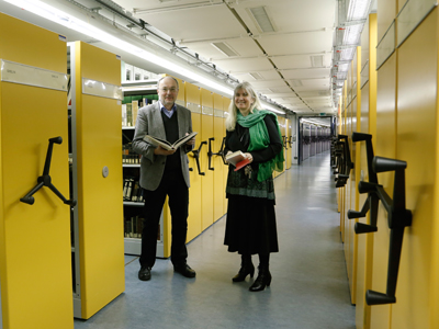 """In den """"Katakomben"""" der UB: Bibliotheksleiter Dr. Heiner Schnelling mit seiner Stellvertreterin Dr. Angela Hausinger im zweigeschossigen Archiv unter der Zeppelin-Allee, das 1998 in Betrieb ging. Es fasst ca. 1,8 Mio. Bände. Foto: Dettmar"""