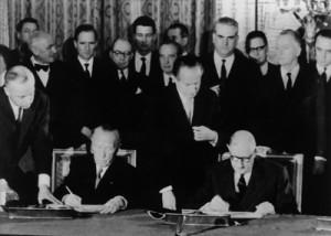22. Januar 1963: Adenauer und de Gaulle unterzeichnen den deutsch-französischen Freundschaftsvertrag im Élysée-Palast; Foto: Ullstein bild