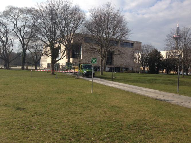 Seit gestern (29.2.) stehen auf dem Weg zwischen PEG und Hörsaalgebäude Bauzäune und Bagger.