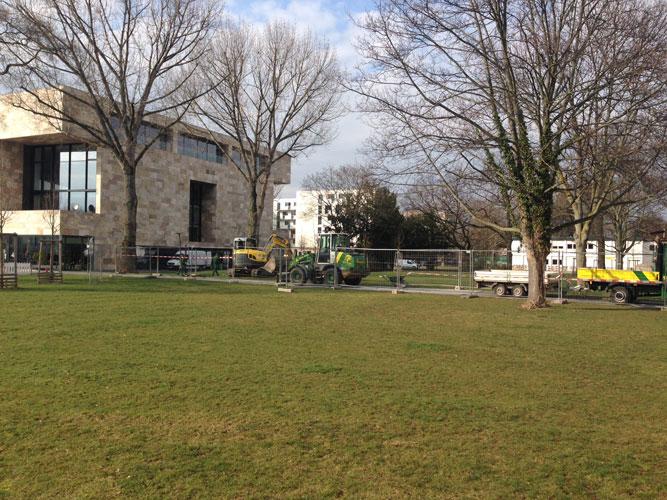 Der Grund: Ein Jahr nach der Umbenennung im Februar 2015, zieht das Adorno-Denkmal an den Theodor-W.-Adorno-Platz um.
