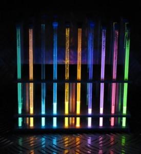 Borhaltige Nanographene decken das gesamte Farbspektrum ab, insbesondere leuchten sie in der für Displays wichtigen Farbe Blau. © Valentin Hertz