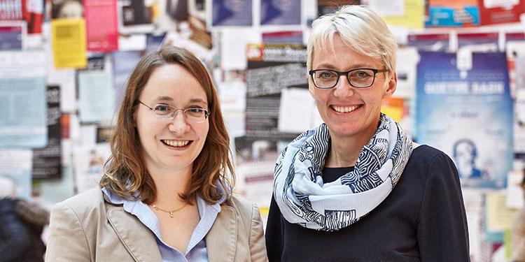 Dr. Stephanie Dinkelaker (Abt. Lehre & Qualitätssicherung; links) und Vizepräsidentin Prof. Tanja Brühl sind begeistert vom Engagement der Studierenden. Foto: Lecher