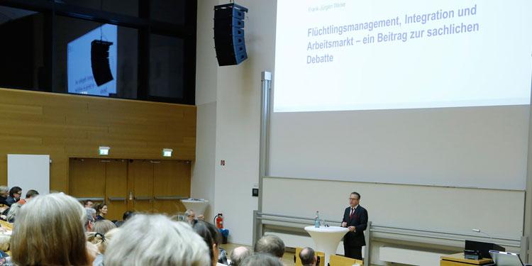 """BAMF-Chef Weise referierte am Dienstagabend an der Goethe-Universität im gut gefüllten Audimax zum Thema """"Flüchtlingsmanagement, Integration und Arbeitsmarkt""""."""