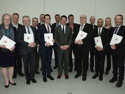 Wissenschaftsminister Boris Rhein (mitte) unterzeichnete gemeinsam mit den 13 Hochschulpräsidenten die Zielvereinbarungen für die Jahre 2016 bis 2020. © wissenschaft.hessen.de