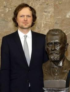 Nachwuchspreisträger Claus-Dieter Kuhn mit der Büste Paul Ehrlichs in der Pauls Kirche. Foto: Dettmar