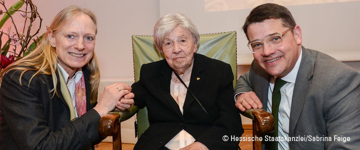 Im Rahmen der Feierstunde gratulierten Trude Simonsohn der Hessische Minister für Wissenschaft und Kunst, Boris Rhein und die Präsidentin der Goethe-Universität, Prof. Birgitta Wolff.