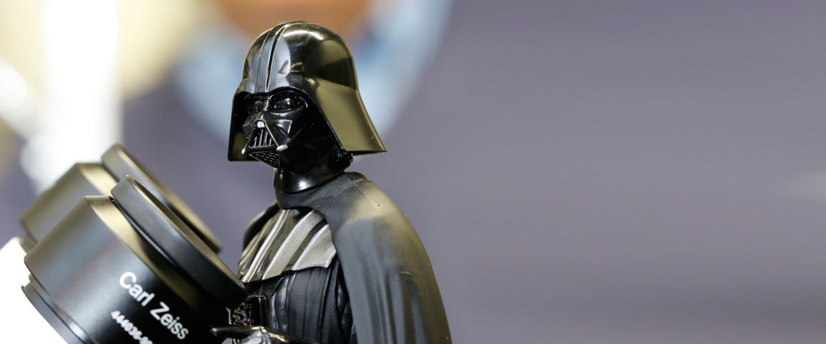 Die dunkle Seite der Macht: Darth Vader am Mikroskop. Foto: Dettmar