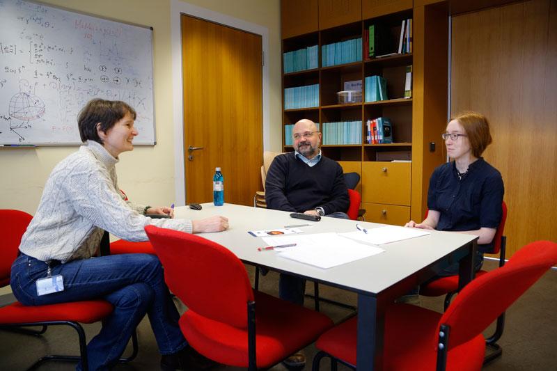 Interviewsituation (v.l.): Wissenschaftsredakteurin Dr. Anne Hardy, Prof. Luciano Rezzolla, Cosima Breu; © Uwe Dettmar