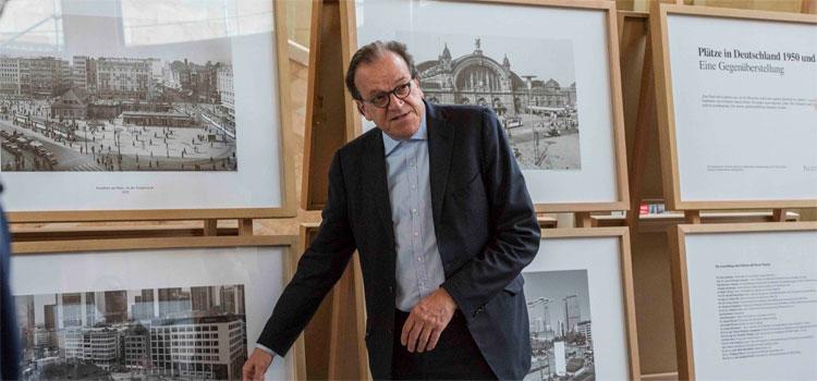 Prof. Christoph Mäckler erklärt die ausgestellten Fotografien; Foto: Detlef Podehl