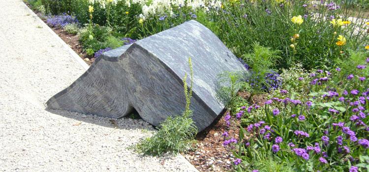 Bücher aus Stein sind derzeit im Wissenschaftsgarten zu sehen. Die Bildhauerin Anna Kubach-Wilmsen zeigt in ihren Arbeiten, dass es nicht unbedingt Buchstaben braucht, um Geschichten zu erzählen; Foto: Siebert