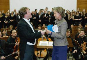 Freudige Überraschung beim Semesterabschlusskonzert: Dr. Friederike Lohse, Vorstandsmitglied der Vereinigung der Freunde und Förderer, übergibt eine 8000-Euro-Spende an Prof. Dr. Jan Schumacher, den Leiter des Collegium Musicum.