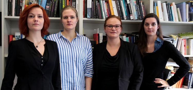 Janneke Rauscher, Maya Gradenwitz, Ruth Knepel und Annika Eisenberg (von links) promovieren an der Goethe-Universität und haben sich mit einem offenen Brief an die Unileitung gewandt. (Foto: Ricarda Menn)