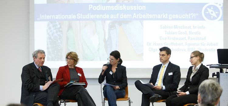 """Podiumsdiskussion zum Thema """"Internationale Studierende auf dem Arbeitsmarkt gesucht?!""""; Foto: Dettmar"""