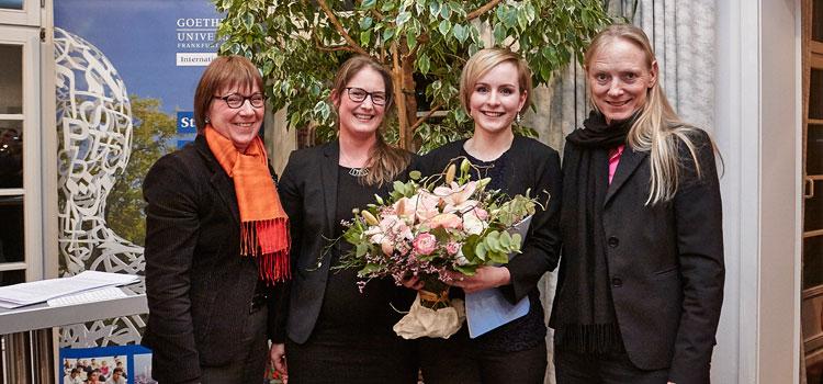 Edina Pasztor (2. v. r.) mit Uni Präsidentin Birgitta Wolff (r.), Almut Rhode (l.) und Anne Peltner. Fotos: Lecher