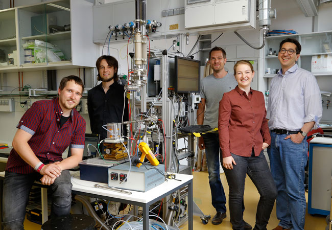 Mario Simon, Martin Heinritzi, Andreas Kürten, Andrea Wagner und Joachim Curtius mit dem von ihnen entwickelten Massenspektrometer. Sie messen damit die stark sauerstoffhaltigen organischen Moleküle und Molekülcluster, die für die Partikelneubildung und das Partikelwachstum in den jetzt durchgeführten CLOUD-Experimenten verantwortlich sind.