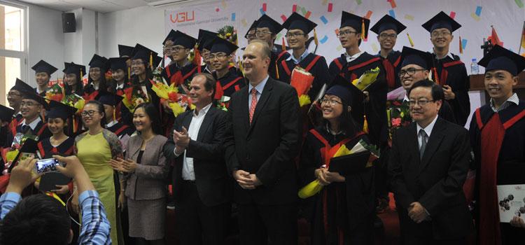 VGU-Präsident Prof. Dr. Jürgen Mallon (Bildmitte, rechts) und Programmdirektor Dr. Lars Pilz (links) im Kreise der ersten Absolventen der Vietnamese-German University (VGU) in Ho-Chi-Minh-Stadt.