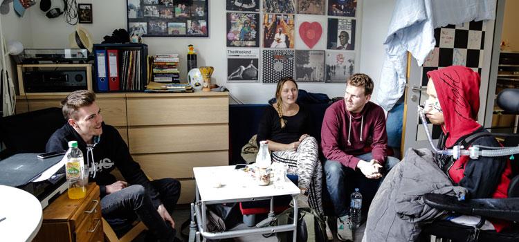 Nico mit seinen Freunden im Wohnzimmer; Foto: Melanie Gärtner