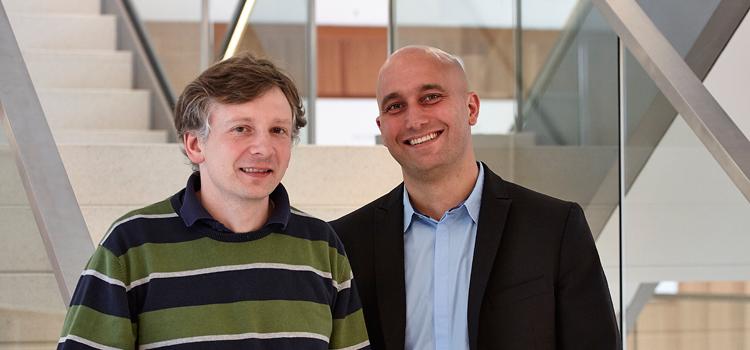 Marco Blasczyk (SSC, links) und Dr. Martin Lommel (LuQ) setzen sich damit auseinander, was die neuen Zugangsbedingungen für die Goethe-Universität bedeuten; Foto: Lecher