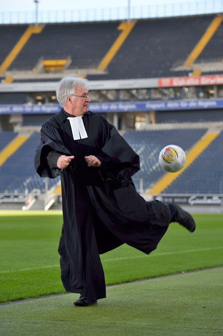 Eugen Eckert ist auch Stadionpfarrer in der Commerzbank-Arena; Foto: Meier