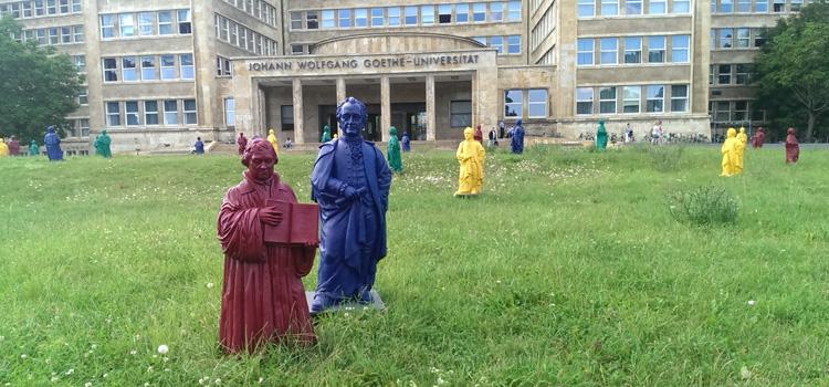 Gruß aus dem FB 06: Zum 100. Geburtstag der Goethe-Universität 2014 gab es nicht nur Mini-Goethes auf dem Campus, auch Martin Luther gesellte sich im Kleinformat dazu – Vorbote für das Reformationsjubiläum 2017.