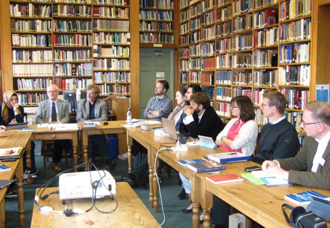 Glaubenstraditionen analysieren: Das Graduiertenkolleg »Theologie als Wissenschaft« (hier: Workshop-Situation) wird federführend von vier Fachbereichen der Goethe-Universität getragen, drei weitere Hochschulen sind beteiligt.