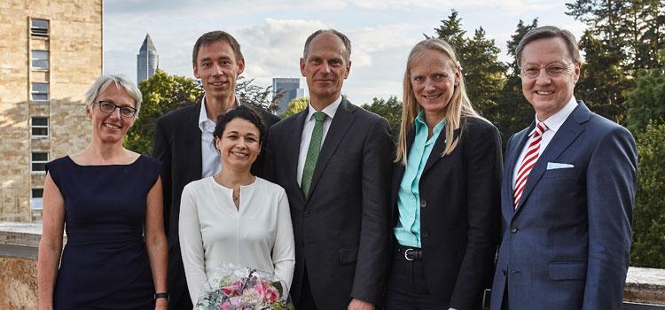 : Prof. Dr. Tanja Brühl, Vize-Präsidentin der Goethe-Universität, Dr. Irene Corvacho del Toro (3. Preisträgerin), dahinter Dr. Karsten Tolle (1. Preisträger), Prof. Dr. Bernd Grünewald (2. Preisträger), Prof. Dr. Birgitta Wolff, Präsidentin der Goethe-Universität, Robert Restani, Vorstandsvorsitzender der Frankfurter Sparkasse. Foto: Lecher