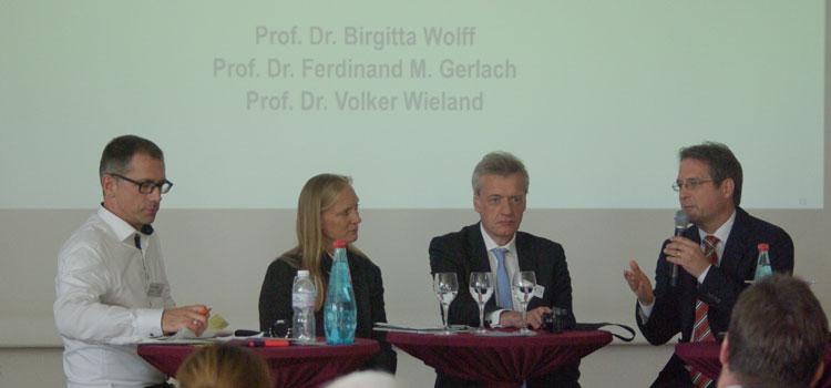 Moderator Dr. Oliver Märker (l.) im Gespräch mit Prof. Birgitta Wolff, Prof. Ferdinand Gerlach (M.) und Prof. Volker Wieland (r.); Foto: Gröschel