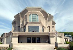 Goetheanum in Dornach, Zentrum der Anthroposophischen Gesellschaft. Foto: Wladyslaw, CC BY-SA 3.0, https://commons.wikimedia.org/w/index.php?curid=3999348
