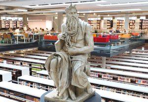 Michelangelos Moses in der modernen Bibliothek des Georg Forster-Gebäudes. Foto: Hartmann